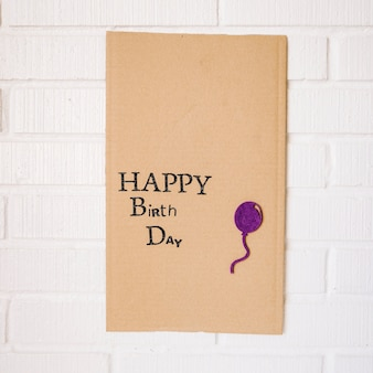 Cartone con scritta e palloncino di buon compleanno