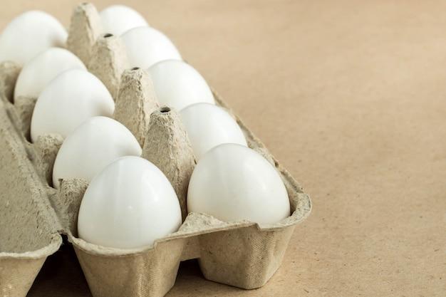 Cartone con uovo