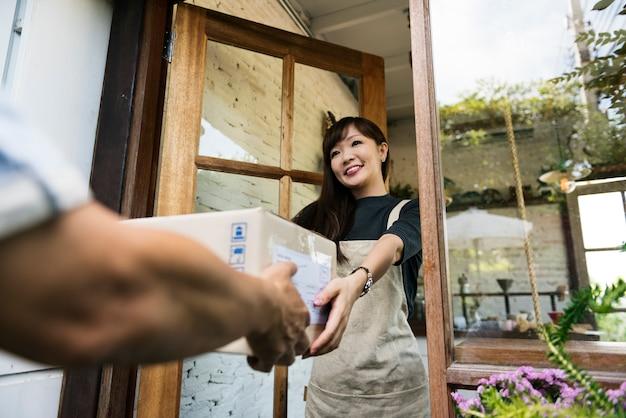 Cartone di spedizione del pacchetto di consegna del corriere di consegna