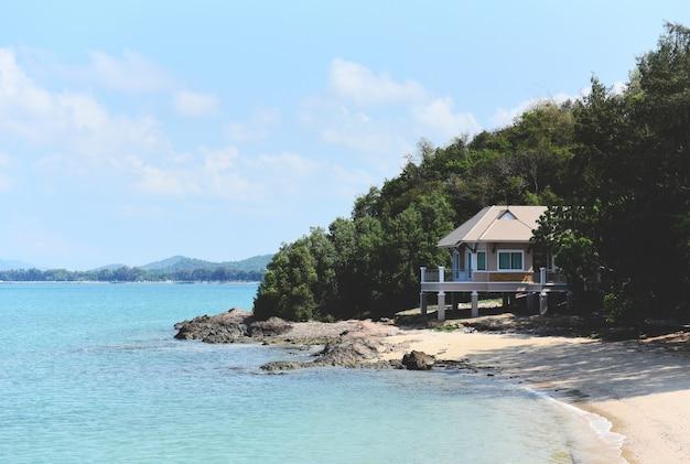 Casa al mare, mare di estate della spiaggia di vista sul mare e bella sabbiosa dell'oceano blu