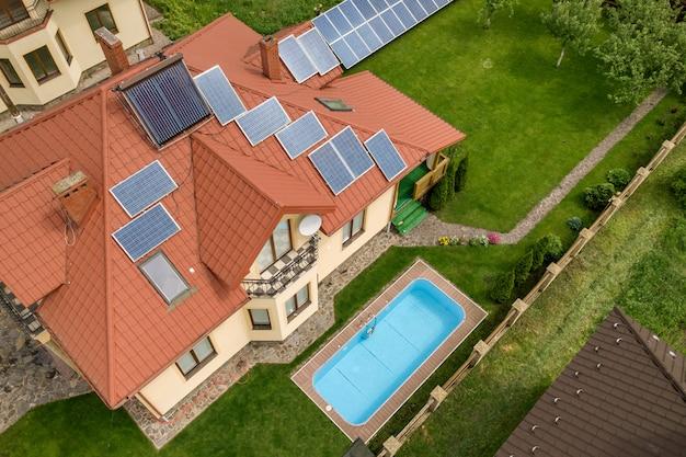 Casa autonoma con pannelli solari e radiatori per il riscaldamento dell'acqua sul tetto
