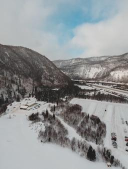 Casa bianca e marrone vicino alla montagna marrone sotto cielo blu durante il giorno