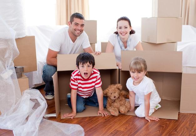 Casa commovente della famiglia con le scatole intorno