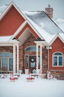Casa con mattoni a vista coperta in neve in inverno