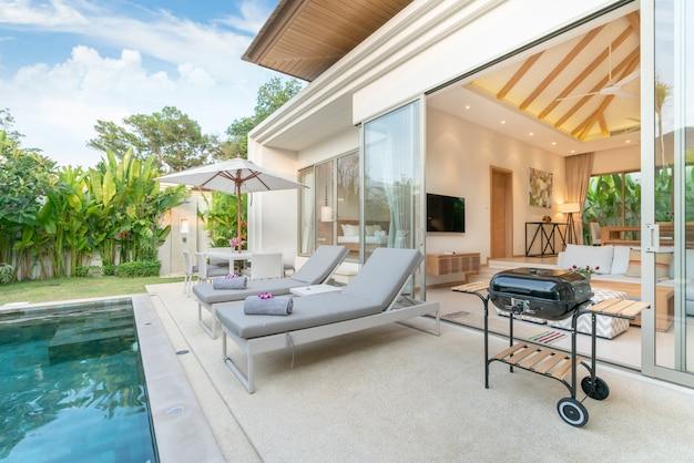 Casa design esterno che mostra villa con piscina tropicale con giardino verde