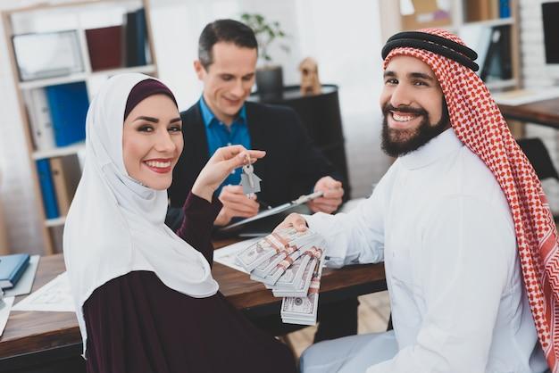 Casa di acquisto di persone felici di millennials ipoteca