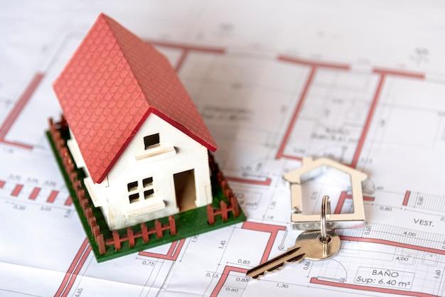 Casa di alta vista con giardino e chiavi sul progetto