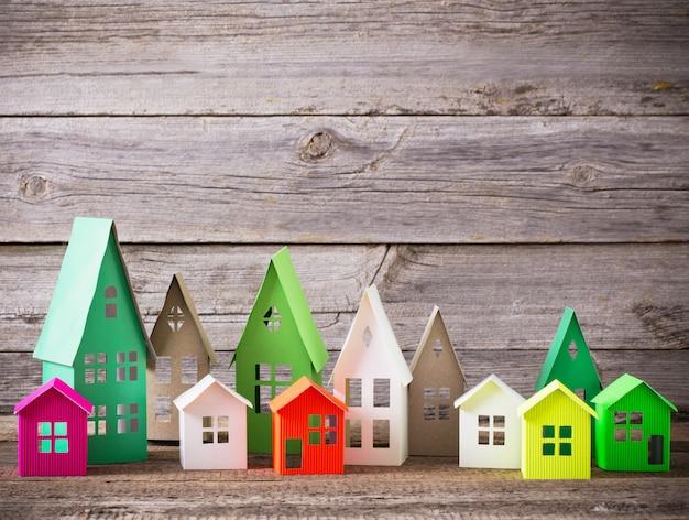 Casa di carta sul tavolo di legno