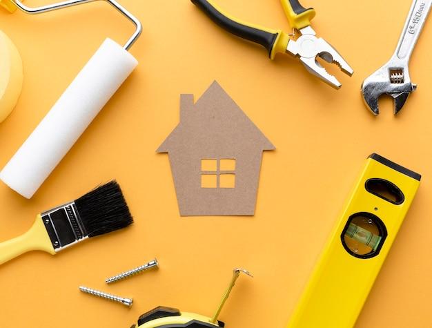 Casa di cartone con strumenti distesi