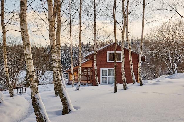 Casa di inverno sul paesaggio panoramico nevoso di inverno