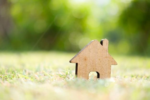 Casa di legno in campo verde