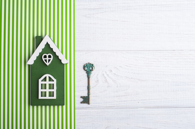 Casa di legno verde e chiave