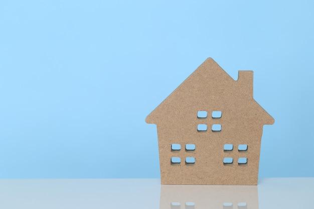 Casa di modello su sfondo blu