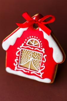 Casa di pan di zenzero di natale su rosso scuro
