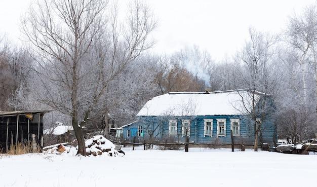 Casa di villaggio in inverno