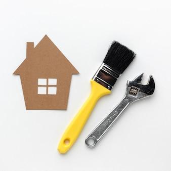 Casa e strumenti del cartone con lo spazio della copia