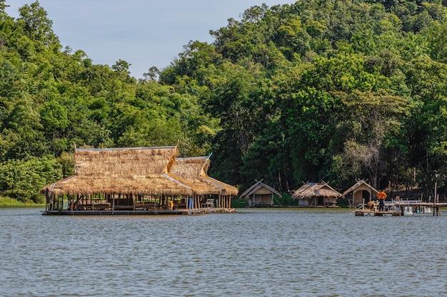 Casa galleggiante e bellissimo riflesso