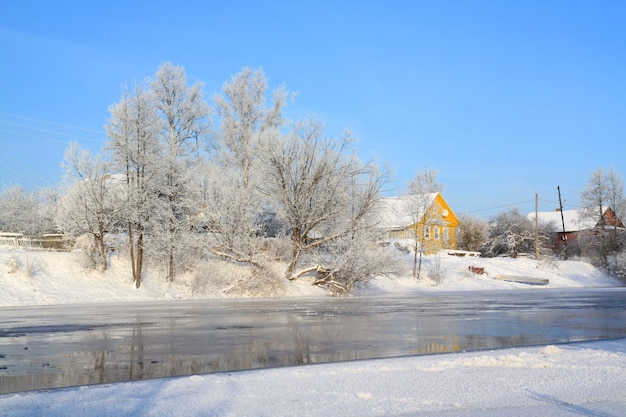Casa gialla sul fiume costa