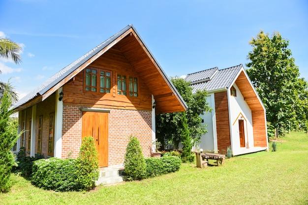 Casa in giardino con giorno d'estate - casa di paesaggio in fattoria nel campo verde