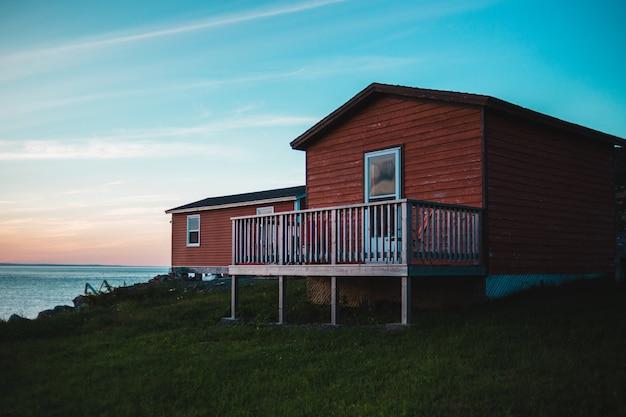 Casa in legno marrone vicino all'acqua