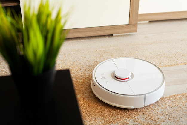 Casa intelligente, aspirapolvere robot esegue la pulizia automatica dell'appartamento in un determinato momento