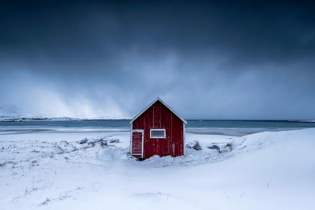 Casa isolata in un vigneto nevoso