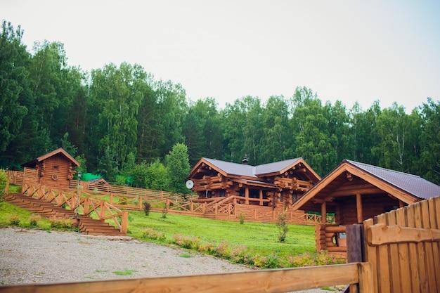 Casa moderna della capanna di tronchi nell'ambiente forestale