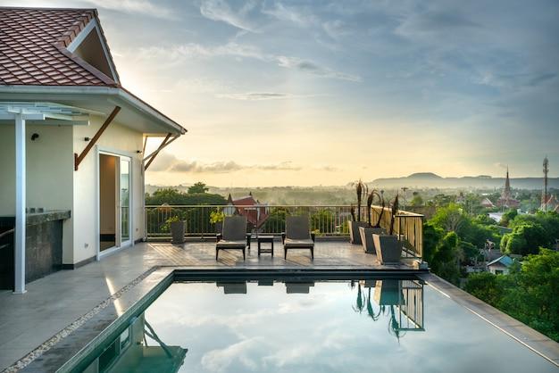 Casa o casa design esterno che mostra villa con piscina tropicale con lettino solare