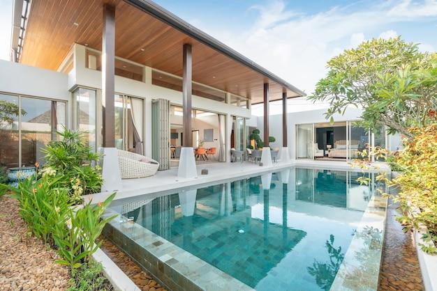 Casa o casa edificio esterno e interior design che mostra villa con piscina tropicale con giardino verde
