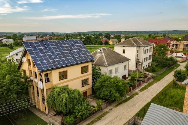 Casa residenziale con pannelli solari fotovoltaici blu sul tetto.