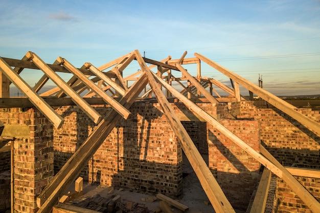 Casa residenziale privata con struttura in legno del tetto in costruzione. edificio in muratura incompiuto in fase di sviluppo.