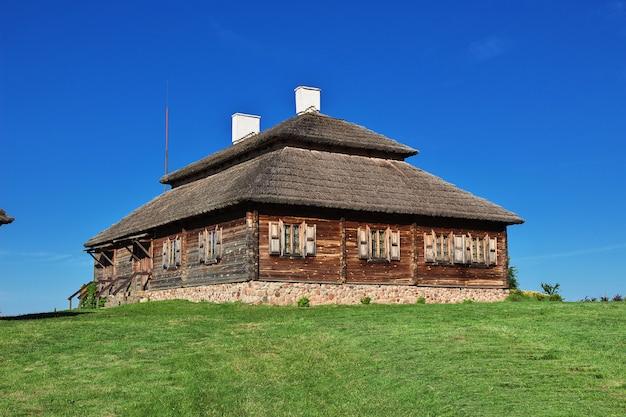 Casa rurale in legno con erba