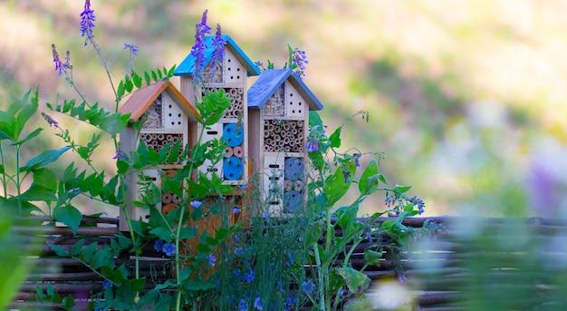 Casa speciale per utili insetti da giardino, costruita con materiali naturali. crea condizioni naturali per mantenere la popolazione di nemici naturali dei parassiti del giardino.