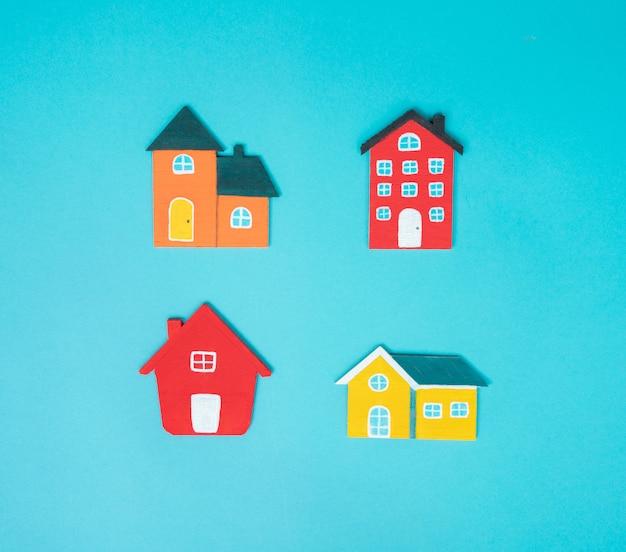 Casa su sfondo blu.