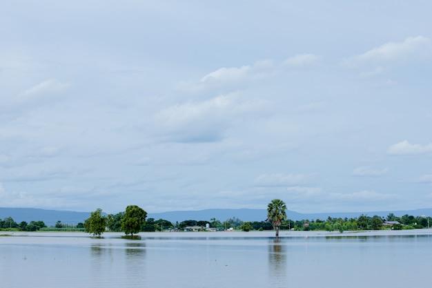 Casa sul lago con cielo blu