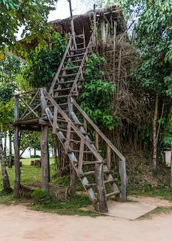 Casa sull'albero in legno