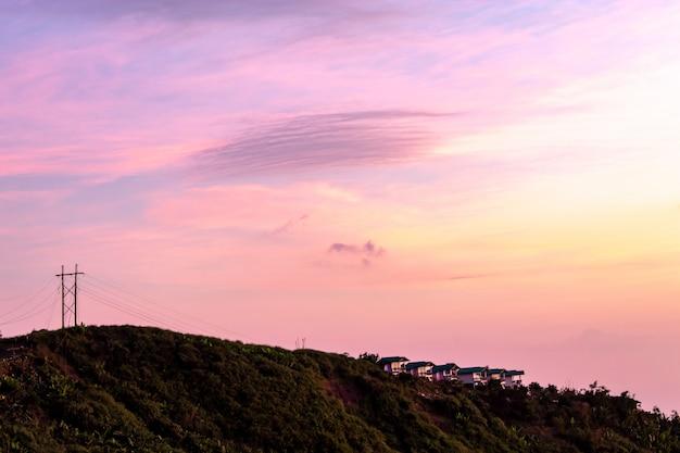 Casa sulla montagna e il sole del mattino.