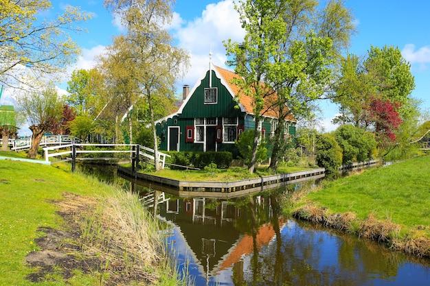 Casa tipica in villaggio di zaanse schans nei paesi bassi