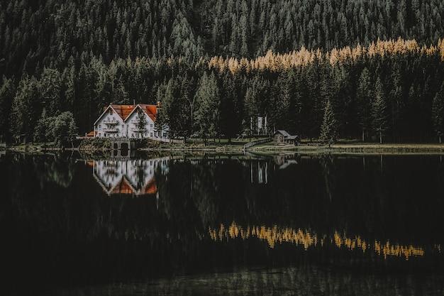 Casa vicino allo specchio d'acqua