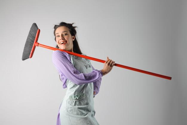 Casalinga felice con una scopa
