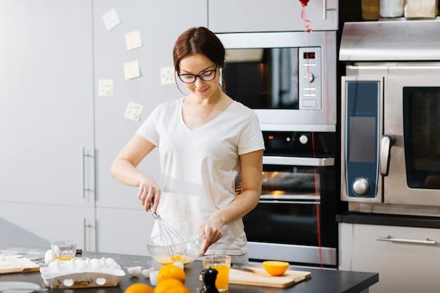 Casalinga in cucina