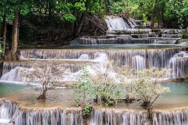 Cascata al paesaggio tailandia di kanchanaburi povince del parco nazionale di khuean srinagarindra