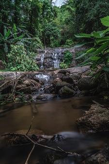 Cascata con scenario naturale