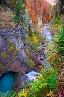 Cascata del fiume di arazas in valle pirenei huesca spagna di ordesa