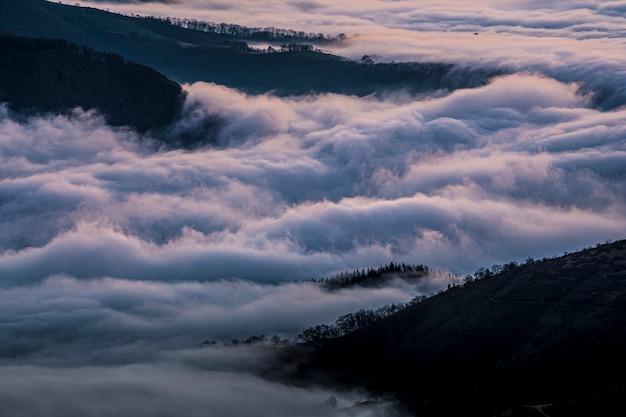 Cascata del mare di nuvole dalla montagna di peñas de aya in una mattina d'inverno. paesi baschi