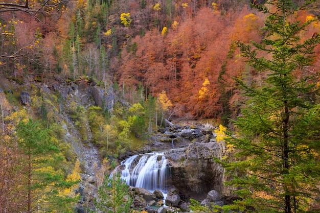 Cascata di cascade de arripas nella valle di ordesa pirenei huesca