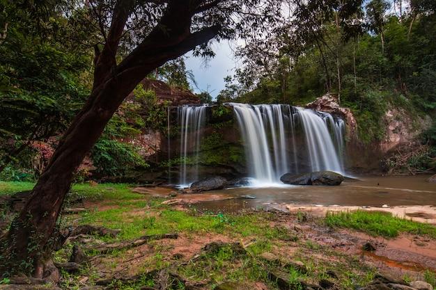 Cascata di chattrakan, bella cascata nel parco nazionale di chattrakan phitsanulok, thailand.