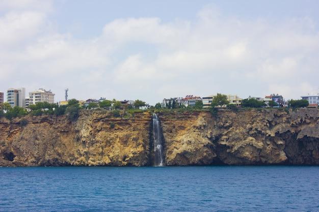 Cascata di duden a antalya turchia. mar mediterraneo. in viaggio