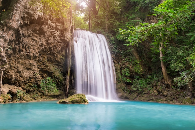 Cascata di erawan a kanchanaburi, in thailandia