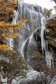 Cascata di ghiaccio nella riserva naturale yading, cina